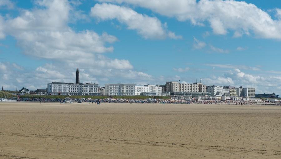 Hauptpromenade von Strand aus