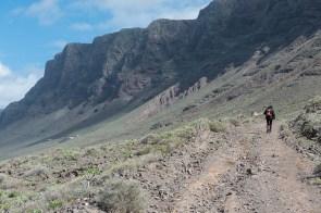 Schotterweg unterhalb der Bergkette