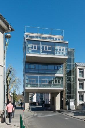 Verwaltungsgebäude über der Strasse