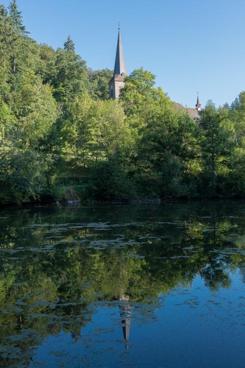 Kirche als Spiegelung im Teich