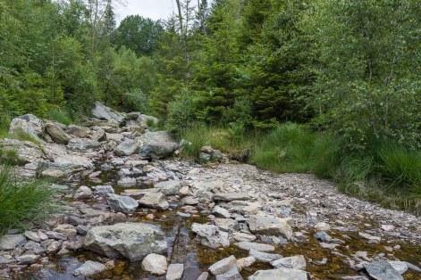 Kaum noch Wasser im Bach oberhalb der Wasserfälle