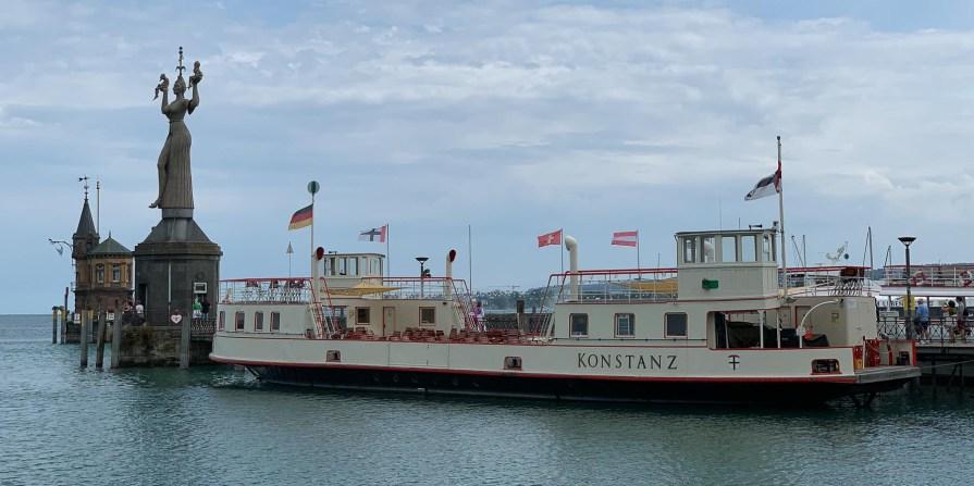 Hafeneinfahrt mit alter Autofähre