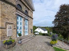 Eingangsportal der Kirche in Delling