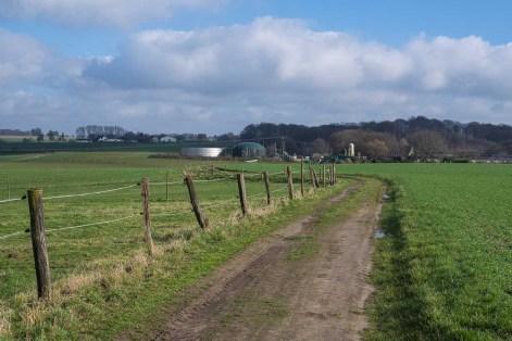 Feldweg in Richtung Bauernhof