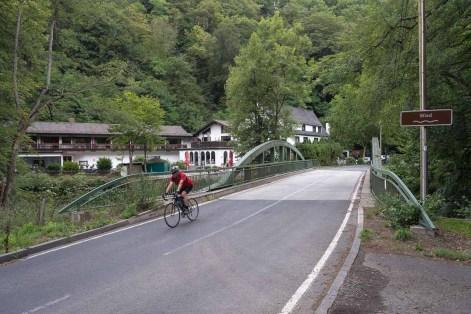 Wiedbrücke mit Ausflugslokal im Hintergrund