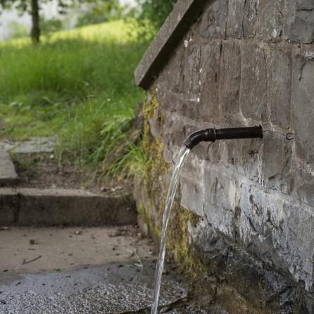 Eingefasste Quelle oberhalb der Kirche