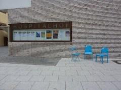 Stühle vor dem Hospitalhof