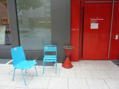 Stühle vor dem Renitenztheater