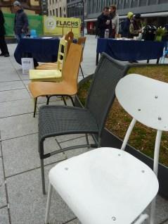 Stühle in verschiedenen Formen, Materialien und Farben wurden gespendet