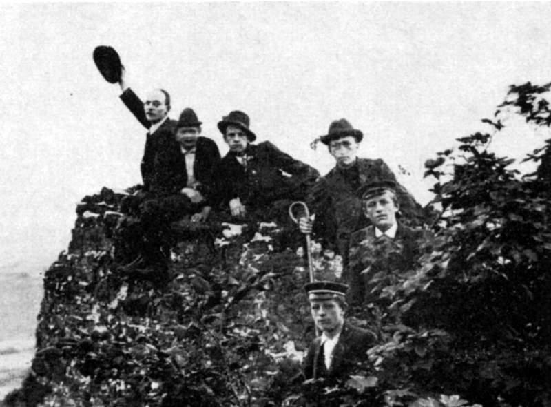 Juillet 1898, lors du raid dans le Harz - Vue du Hohenstein, Sud-Harz - de la gauche vers la droite : Hermann Hoffmann, responsable, Rudolf Schrey, Fritz Meyen, Gottfried Heinersdorff, Arnold Hellmuth, Fritz Hellmuth