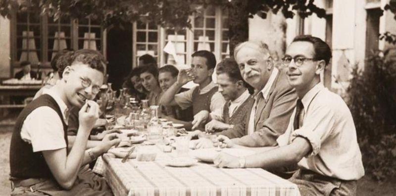 Marc Sangnier, entouré de jeunes, dans la cour de l'auberge de jeunesse de l'Epi d'or, à Boissy-la-Rivière, dans les années 1935./Fonds institut Marc Sangnier