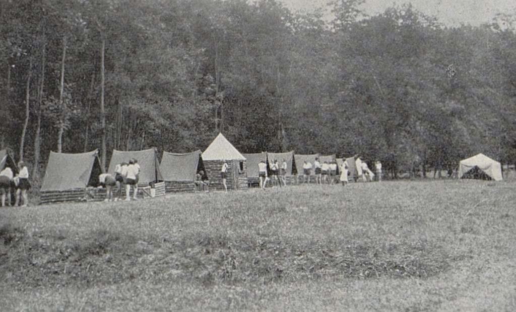 Campement d'été construit par les femmes sokols - L'EUROPE A BICYCLETTE par. Lily SERGUÉIEW