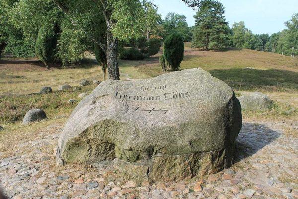Tombe d'Hermann Löns dans la lande du Lunebourg, près de Celle, Allemagne