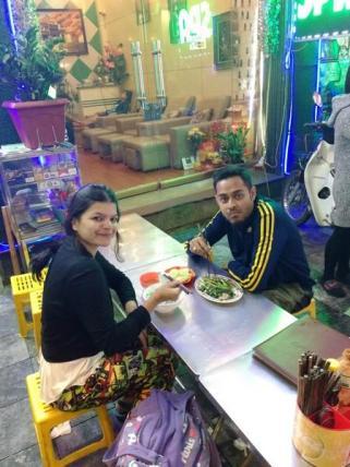 eating at hanoi old quarter