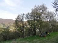 Zelt auf dem Fußballfeld mit Blick auf das letzte serbische Dorf vor der Grenze.
