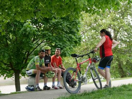 Miln, Maja, Daniel und Ivan bei quatschen am Fluss.