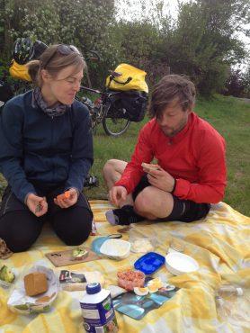 """Rezepteschlacht auf der Picknickdecke: Maria und Sascha verraten uns how to make """"Knobi-Butter"""". Folge: Wir sind addicted!"""
