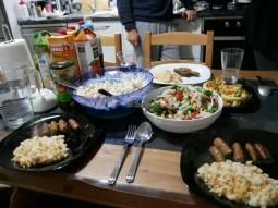 Dilara ist die Godess of Food! Sie zauber uns um 10 Uhr abends schnell ein türkisches Pilf mit zwei verschiedenen Salaten und von Antonia heiß geliebte Artischocken Herzen mit Gemüsefüllung!