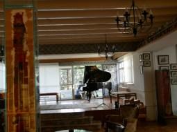 Azz Nesin Stiftung. Bugra lernt mit einem Schüler auf dem Balkon.