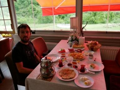 Wir tun es: Kahvalti = Frühstück. Ich mache 3 Bilder bis wirklich alles auf dem Tisch steht. UNGLAUBLICH diese Frühstückskultur!