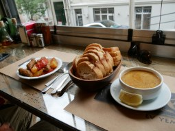 Istanbul - rund um den Taksim Platz. Lecker Linsensuppe und Köfte (Fleischbällchen) mit Kartoffeln.