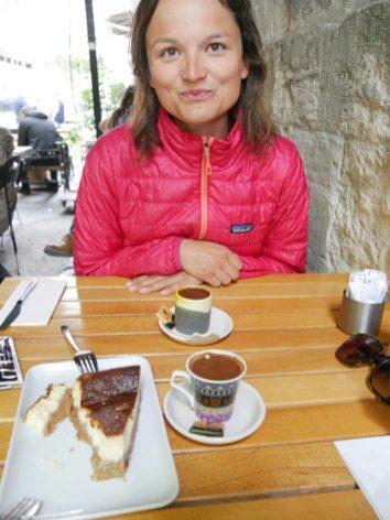 Türkischer Kaffee mit hausgemachtem Cheesecake - in der Türkei warten Köstlichkeiten an jeder Ecke.