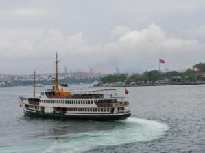 Schiff auf dem Bosporus, im Hintergrund lächelt uns der asiatische Kontnent an.