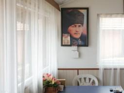 Der große Atatürk ist an fast jeder Wand zu finden.// One finds great Atatürk at almost every wall.