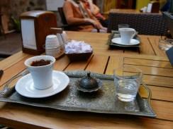 Türkischer Kaffee ist immer einfach sehr stilvoll angerichtet.