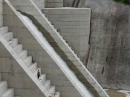 Staudammprojekt hinter Chulo. Der Arbeiter wirft sich für uns in Pose.