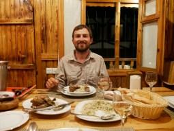 Lewengi-Huhn im traditionellen Restaurant von Lenkaran. Glückliches Dorfhuhn mit Walnussfüllung erklärt uns der Kellner. Mit azerbaidschanischem Weißwein. // Lewengi chicken in the traditional restaurant in Lenkran. Happy village chicken stuffed with walnut is the exlanation of the waiter. And an azerbaischan white wine.