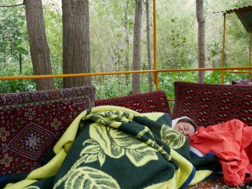 Nach dem Mittagesen ein kleiner Nap gerne bringt man uns Decken und Kissen dafür.// Cozy nap after lunch - the friendly stuff provides us with blankets and pillows.
