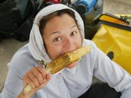 Das Mais-Geschenk wird genossen.// Me enjoying the corn gift.
