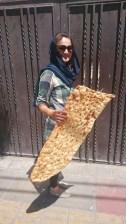 Brot wird ohne Tüte, noch warm und rießig verkauft.// Bread is sold without bag, still warm and as one big piece.