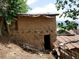 Traditional clay house.// Traditionelles Lehmhaus.