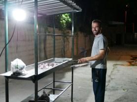 Bekhen is grilling trout.// Bekhen grillt Forelle.
