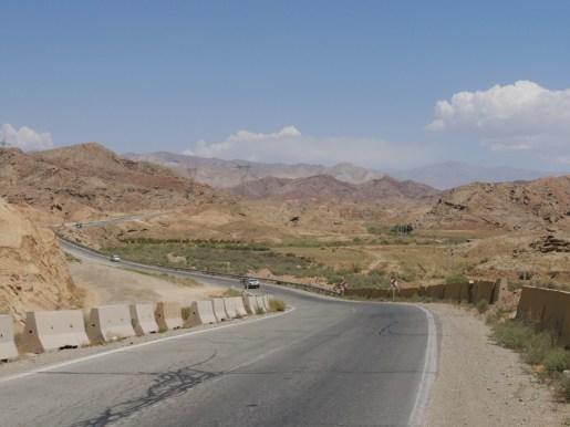 Desert road in Iran.// Wüstenstrasse im Iran.