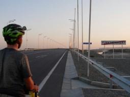 Byebye Turkmenabat - hello brand new road.// Tschüss Turkmenabat, Hallo brandneue Straße