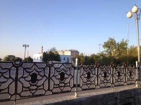 Inkognito Fotos Turkmenistan. Man darf keine Bilder vonn öffentlichen Plätzen machen, deswegen ein paar schräge Handybilder, um wenigstens ein bisschen einen Eindruck von einer Stadt in diesem Land zu bekommen. // Inkognito fotos Turkmenistan. It is forbidden to take fotos of public places, so we did just some bad mobile phone shots to give you an idea ofa city in Turkmenistan.