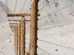 Murgab to Sary Tash. Border fence to China.// Grenzzaun nach China.