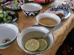 Tea and honey.// Tee und Honig.