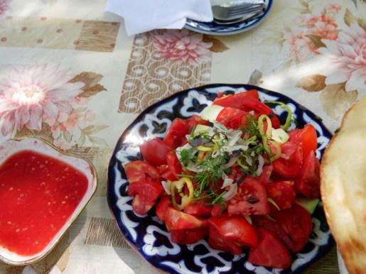 Typischer Tomatenslat, Brot und scharfes Sößchen. // Typical tomato salad, bread and hot sauce.