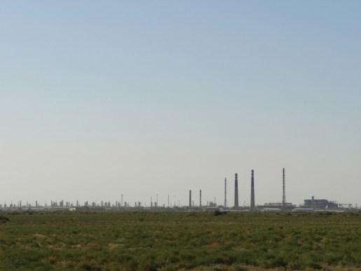 Fiese Farik mit grünen Dampfschwaden in Usbekistan.// Mean factory with green steem aroung it in Uzbekistan.