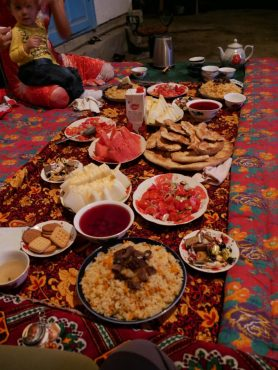 Plov (rice meal), watermelon, homemade bread, salad and other temptations.// Plov (Reisgericht), Wassermelone, hausgemachtes Brot, Salat und andere Versuchungen.