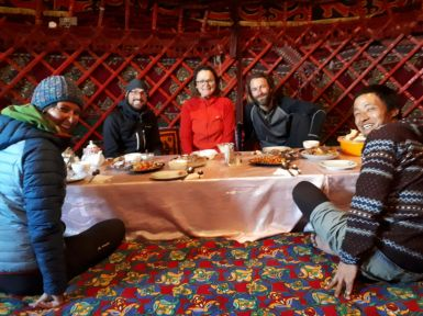 Mittagessen in der Jurte.// Lunch in the yurt. // Thanks to FITZ-project