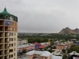 We lived in the ugliest building in Osh, but the view was good.// Wir haben im hässlichsten Gebäude in Osh gewohnt, aber die ussicht war gut.