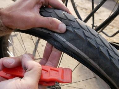 Unser Reifen gibt 1 km vor Bishkek auf - nach 2000 km. Der andere hat 10000 gehalten.// Our tire breaks 10 km before Bishkek- after 2000 km, the other had lasted for 10000.