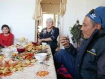 We crashed the Sunday family gathering and got a incredible delicious lunch. Kyrgyz hospitality at its best! // Wir haben das Sonntagsfamilientreffen gesprengt und dafür ein leckeres Mittagessen bekommen.Kirgische Gastfreundschaft auf ihrem Höhepunkt!