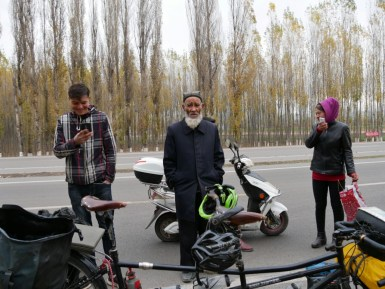 Platten und kleiner Chat mit den einheimischen Uiguren.// Puncture and little chat with the indigenious Uighurs.