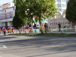 Mums with wooden sticks guard the schools in Xinjiang.// Mütter mit hölzernen Prügeln bewachen die Schulen in Xinjiang.